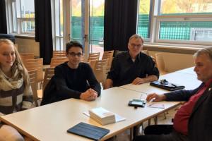 Janika Behne, Finn Wienholz, Lehrer Michael Weyh und Axel Brammer (v.l.)