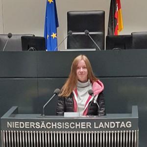 Zoé Tishler am Rednerpult im Landtag