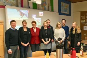 Von links: Dr. Christian Pundt (Bürgermeister Gemeinde Hatten), Silke Müller (Schulleiterin), Susanne Mittag MdB, Marja-Liisa Völlers MdB, Axel Brammer MdL, Sarah Schellmann (Kommissarische Konrektorin), Finn Wienholz und Janika Behne.