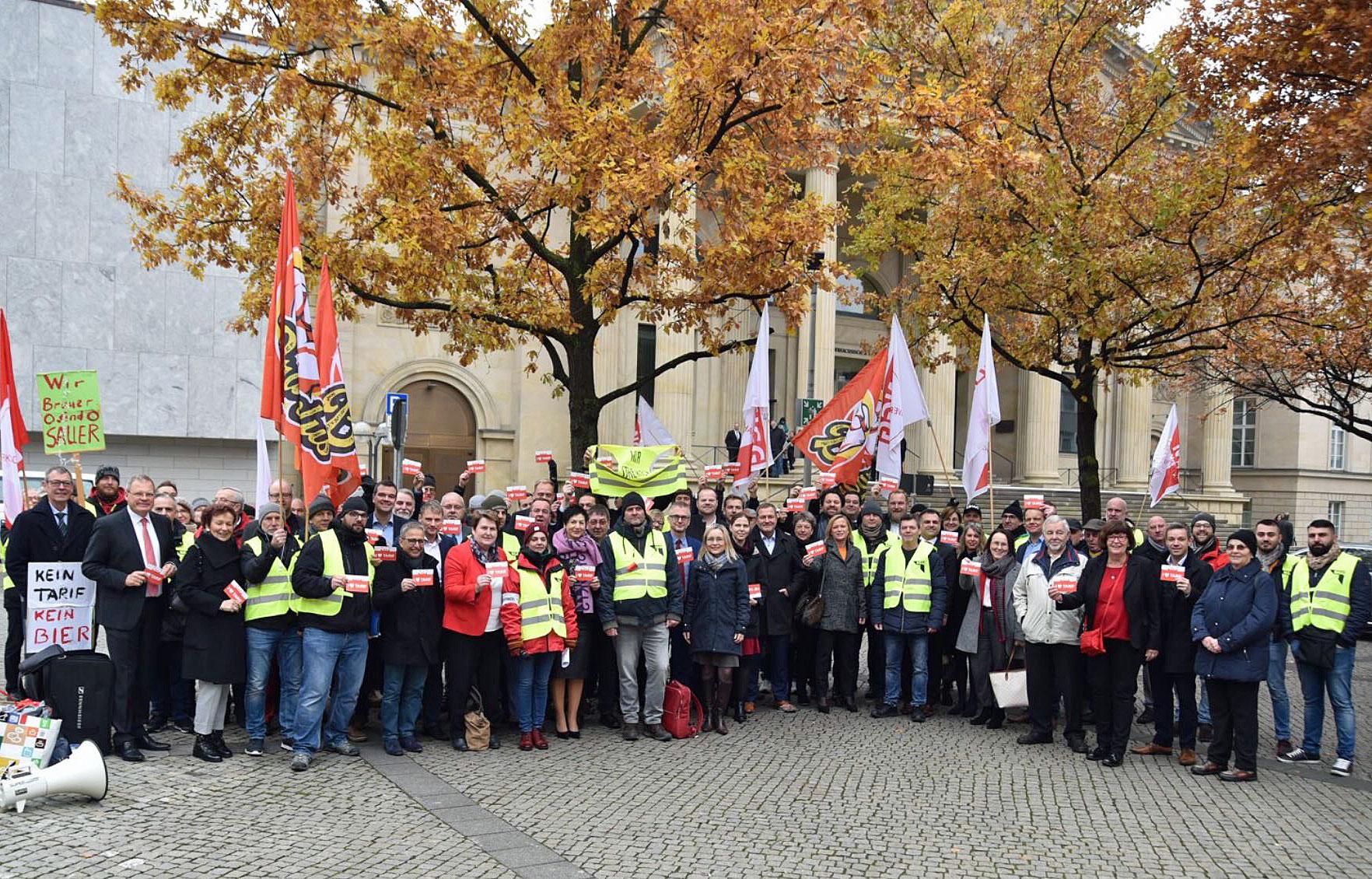 Streikende mit der Landtagsfraktion