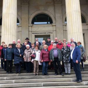 Besuchergruppe vor dem Landtagsgebäude