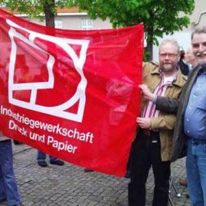 MdL Axel Brammer mit der Fahne der Industriegewerkschaft Druck und Papier